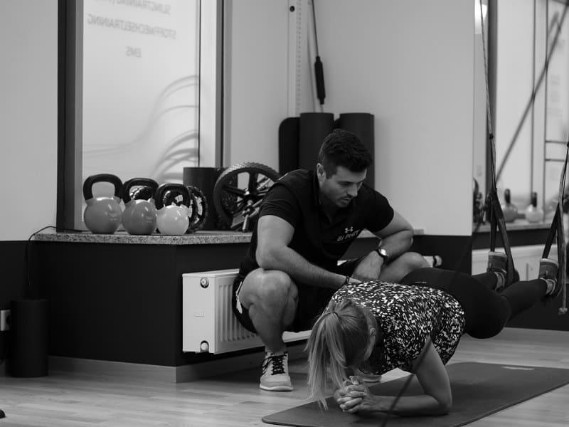 Bi PHiT Trainer Diego Bichler überwacht und korrigiert die Ausführung von Sling-Trainer Übungen